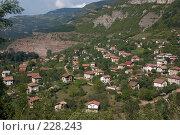 Купить «Небольшая балканская деревушка, притаившаяся в горном распадке», фото № 228243, снято 19 августа 2007 г. (c) Harry / Фотобанк Лори