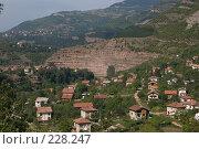 Купить «Небольшая балканская деревушка, притаившаяся в горном распадке», фото № 228247, снято 19 августа 2007 г. (c) Harry / Фотобанк Лори