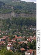 Купить «Небольшая балканская деревушка, притаившаяся в горном распадке», фото № 228251, снято 19 августа 2007 г. (c) Harry / Фотобанк Лори