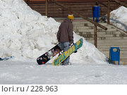 Купить «Парень тащит два сноуборда», фото № 228963, снято 21 марта 2008 г. (c) Талдыкин Юрий / Фотобанк Лори