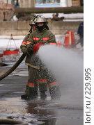 Купить «Пожарные льют воду из пожарного шланга», фото № 229995, снято 20 марта 2008 г. (c) Евгений Батраков / Фотобанк Лори