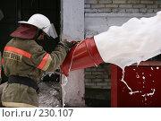 Купить «Пожарный льет пену из пожарного шланга», фото № 230107, снято 20 марта 2008 г. (c) Евгений Батраков / Фотобанк Лори