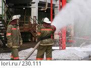 Купить «Пожарные льют воду из пожарного шланга», фото № 230111, снято 20 марта 2008 г. (c) Евгений Батраков / Фотобанк Лори