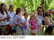 Купить «Болельщицы. Девочки переживают за свою команду. Последний звонок в частной школе», фото № 237643, снято 31 мая 2007 г. (c) Мирослава Безман / Фотобанк Лори