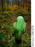 Купить «Девочка убегает в темный лес», фото № 240079, снято 1 ноября 2007 г. (c) Виноградов Илья Владимирович / Фотобанк Лори