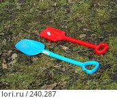 Купить «Две детские лопатки на траве», эксклюзивное фото № 240287, снято 31 марта 2008 г. (c) lana1501 / Фотобанк Лори