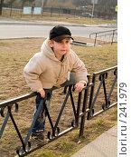 Купить «Мальчик лезет через забор», эксклюзивное фото № 241979, снято 22 марта 2019 г. (c) Алина Голышева / Фотобанк Лори