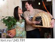Купить «Молодая семья заходит первый раз в новую квартиру», фото № 243191, снято 23 июня 2018 г. (c) Harry / Фотобанк Лори