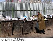 Купить «Пожилая женщина выбрасывает мусор в контейнер. Микрорайон «1 Мая». Балашиха. Московская область», эксклюзивное фото № 243695, снято 2 апреля 2008 г. (c) lana1501 / Фотобанк Лори