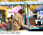Купить «Уличный рынок. Продавец картофеля», фото № 245683, снято 1 октября 2006 г. (c) Наталья Чуб / Фотобанк Лори