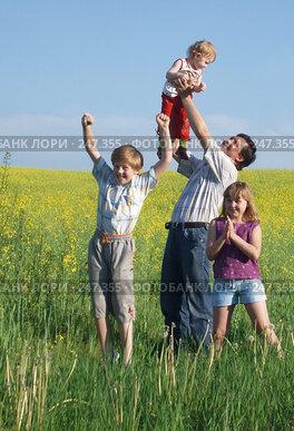 Купить «Мужчина с детьми на фоне рапсового поля», фото № 247355, снято 24 мая 2007 г. (c) Майя Крученкова / Фотобанк Лори