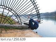 Купить «Мужчина, преодолевающий забор», фото № 250639, снято 12 апреля 2008 г. (c) Сергей Лаврентьев / Фотобанк Лори