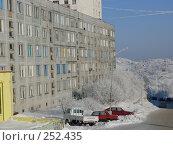 Купить «Панельная пятиэтажка г. Снежногорска», эксклюзивное фото № 252435, снято 1 марта 2008 г. (c) Иван Мацкевич / Фотобанк Лори