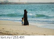 Купить «Женщина с ребенком на побережье», фото № 253491, снято 29 мая 2006 г. (c) Андрей Хохлов / Фотобанк Лори