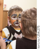 Купить «Мальчик с аквагримом на лице», фото № 254275, снято 1 января 2008 г. (c) hunta / Фотобанк Лори