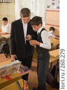 Купить «Мальчишки с телефонами. Перемена в четвертом классе», фото № 260279, снято 23 апреля 2008 г. (c) Федор Королевский / Фотобанк Лори