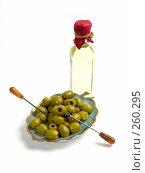Купить «Оливковое масло и зеленые оливки без косточек», фото № 260295, снято 20 апреля 2008 г. (c) Татьяна Белова / Фотобанк Лори