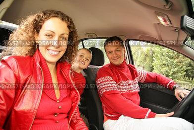 Купить «Родители с сыном в машине», фото № 260571, снято 22 апреля 2019 г. (c) Losevsky Pavel / Фотобанк Лори