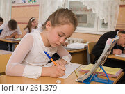 Купить «Девочка пишет в тетрадь. На уроке в четвертом классе», фото № 261379, снято 23 апреля 2008 г. (c) Федор Королевский / Фотобанк Лори