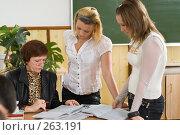 Купить «Учитель проверяет работы. Мгновение из жизни старшеклассников», фото № 263191, снято 26 апреля 2008 г. (c) Федор Королевский / Фотобанк Лори
