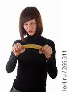 Купить «Девушка ломает спагетти», фото № 266311, снято 16 декабря 2007 г. (c) Михаил Малышев / Фотобанк Лори