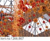 Купить «Новогоднее украшение большого торгового центра», фото № 266867, снято 1 января 2007 г. (c) Анатолий Заводсков / Фотобанк Лори
