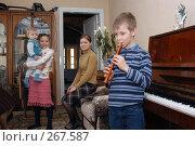 Купить «Дети слушают мальчика, играющего на флейте», фото № 267587, снято 26 марта 2005 г. (c) Виктор Филиппович Погонцев / Фотобанк Лори