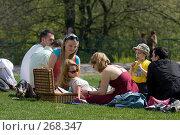 Купить «Семейный пикник в парке», фото № 268347, снято 27 апреля 2008 г. (c) Юрий Синицын / Фотобанк Лори