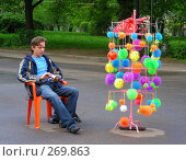 Мужчина продает игрушки на улице (2008 год). Редакционное фото, фотограф lana1501 / Фотобанк Лори