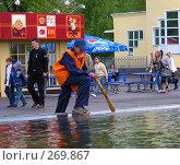 Купить «Парк Горького.Дворник ополаскивает  веник в фонтане.», эксклюзивное фото № 269867, снято 2 мая 2008 г. (c) lana1501 / Фотобанк Лори