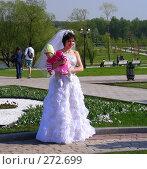 """Москва. Парк """"Царицыно"""". Невеста с ребенком на руках (2008 год). Редакционное фото, фотограф lana1501 / Фотобанк Лори"""