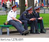Три милиционера сидят на лавочке (2008 год). Редакционное фото, фотограф lana1501 / Фотобанк Лори