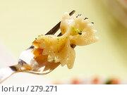 Купить «Макароны в виде бантика на вилке», фото № 279271, снято 25 сентября 2005 г. (c) Кравецкий Геннадий / Фотобанк Лори