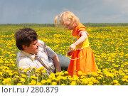 Купить «Отец с дочкой в одуванчиках», фото № 280879, снято 11 мая 2008 г. (c) Майя Крученкова / Фотобанк Лори