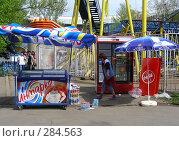 Продавец раскладывает товар (2008 год). Редакционное фото, фотограф lana1501 / Фотобанк Лори
