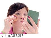 Купить «Молодая девушка наносит макияж», фото № 287387, снято 12 мая 2008 г. (c) Михаил Малышев / Фотобанк Лори