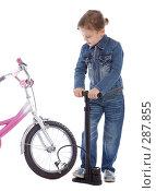 Купить «Маленькая девочка ремонтирует велосипед», фото № 287855, снято 1 мая 2008 г. (c) Вадим Пономаренко / Фотобанк Лори