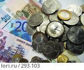 Купить «Часы, купюры и монеты», фото № 293103, снято 18 мая 2008 г. (c) Павел Филатов / Фотобанк Лори