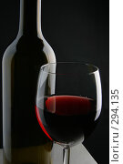 Купить «Бутылка и бокал красного вина», фото № 294135, снято 23 апреля 2018 г. (c) Роман Сигаев / Фотобанк Лори