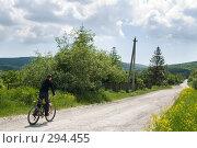 Купить «В объективе село. Велосипедист на сельской улице», фото № 294455, снято 17 мая 2008 г. (c) Федор Королевский / Фотобанк Лори