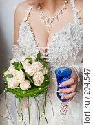 Купить «Свадьба. Букет и бокал шампанского в руках невесты.», фото № 294547, снято 17 мая 2008 г. (c) Федор Королевский / Фотобанк Лори