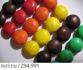 Купить «Разноцветные, глазированные, круглые конфеты на белом фоне», фото № 294991, снято 18 мая 2008 г. (c) Заноза-Ру / Фотобанк Лори