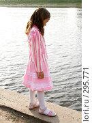 Девочка у реки. Стоковое фото, фотограф Варвара Воронова / Фотобанк Лори