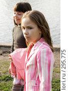 Две девочки у реки. Стоковое фото, фотограф Варвара Воронова / Фотобанк Лори