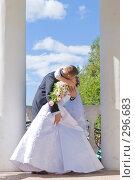 Купить «Молодожены целуются», фото № 296683, снято 15 июля 2007 г. (c) Владимир Сурков / Фотобанк Лори