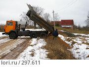 Купить «Самосвал выгружает песок», фото № 297611, снято 14 марта 2008 г. (c) Oksana Mahrova / Фотобанк Лори