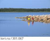 Купить «Соловки. Туристы парень с девушкой отдыхают на берегу Белого моря», эксклюзивное фото № 301067, снято 13 июля 2007 г. (c) Тамара Заводскова / Фотобанк Лори