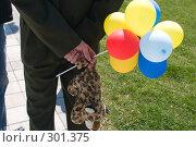 Купить «Мужчина-офицер держит дочкину мягкую игрушку и цветные воздушные шары», фото № 301375, снято 9 мая 2008 г. (c) Федор Королевский / Фотобанк Лори
