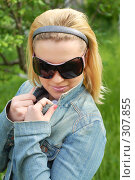 Купить «Девушка блондинка в солнцезащитных очках», фото № 307855, снято 26 апреля 2008 г. (c) Федор Королевский / Фотобанк Лори