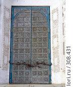 Купить «Рязанский кремль.  Железные врата портала. Успенский собор», фото № 308431, снято 30 мая 2008 г. (c) УНА / Фотобанк Лори